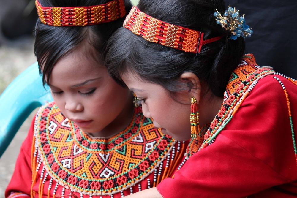 Dziewczynki w tradycyjnych strojach podczas pogrzebu w Tana Toraja